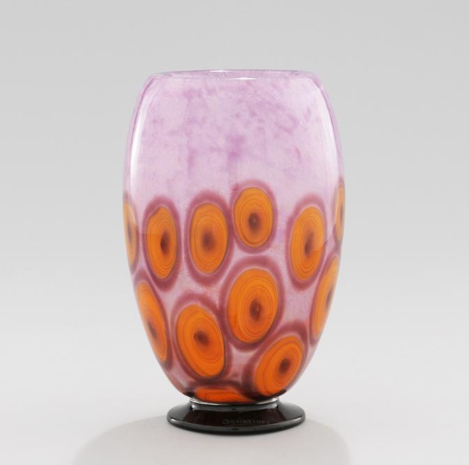 """Vase, en verre multicouche soufflé, sur pied noir appliqué à chaud. Série """"Cloisonné"""" Décor """"Love"""" Vers 1924/1928 - Hauteur : 26 cm. Signé """"Schneider"""" © Jean-Pierre Serre"""