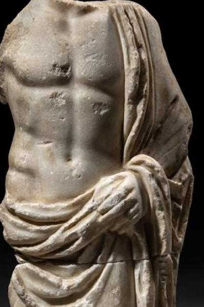 GRAND TORSE EN MARBRE drapé sur l'épaule gauche et enroulé autour des hanches, qu'il retient de la main gauche. Musculature puissante.