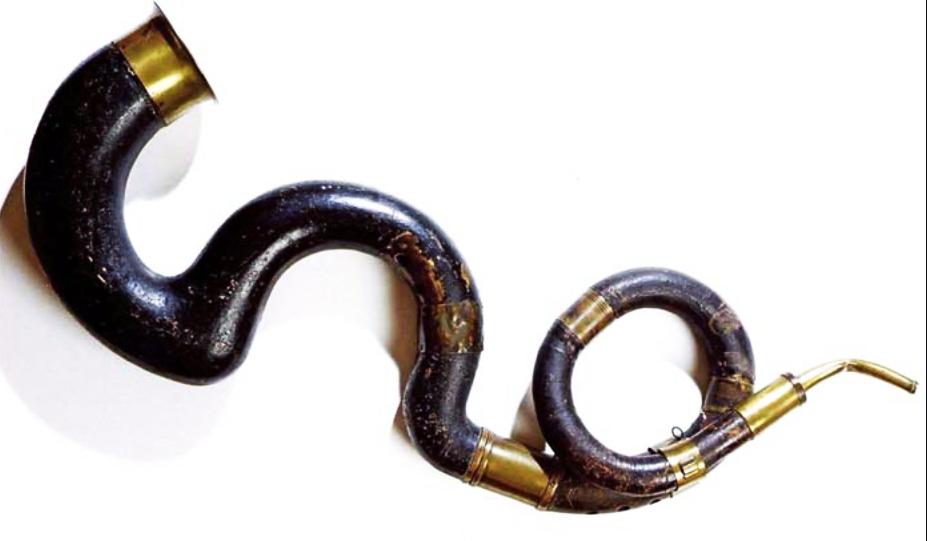 Serpents, ancêtres du tuba, utilisés surtout dans les orchestres militaires (Cuivre recouvert de cuir)