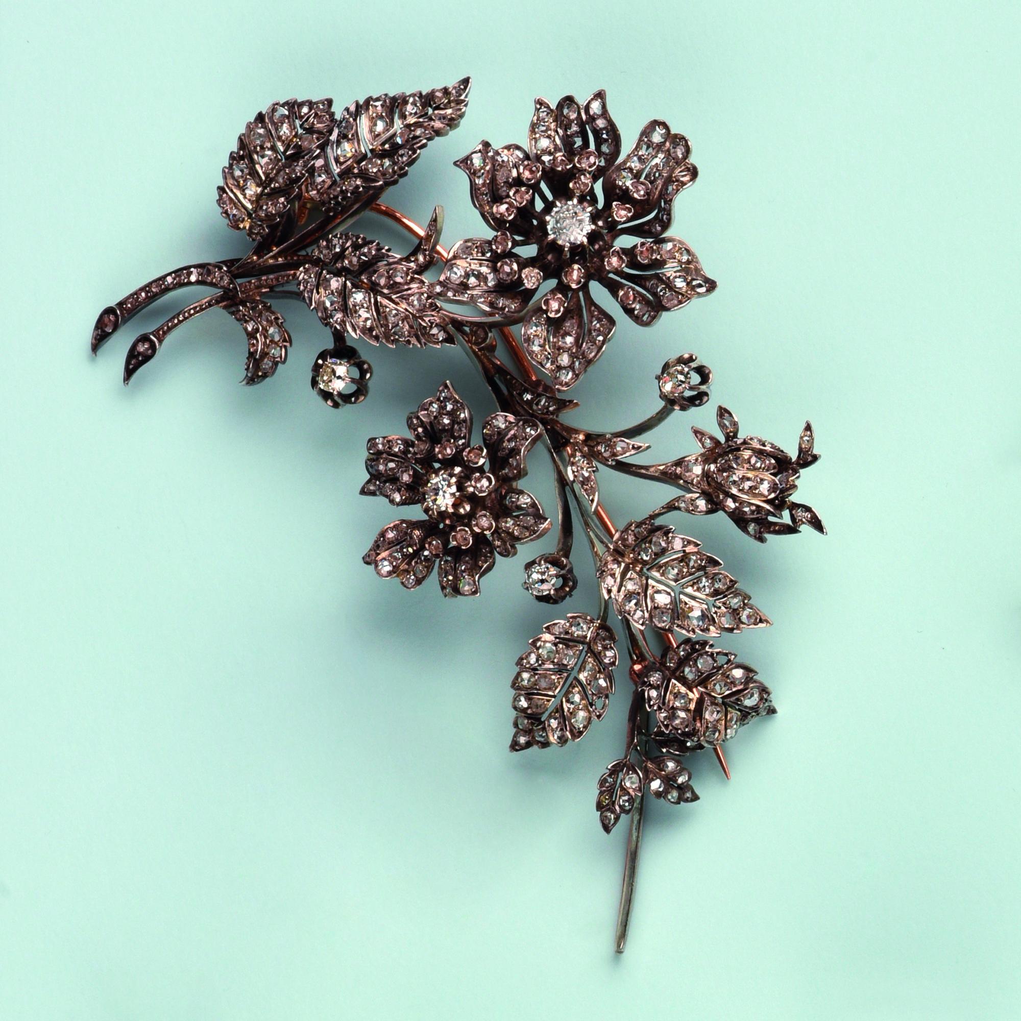 Broche trembleuse en argent et or rose 750. Elle stylise un bouquet floral composé de fleurs d'églantines. Les pistils sont ornés de diamants de taille ancienne dans un pourtour de roses. Les feuillages sont pavés de diamant de taille rose. Travail français du 19ème siècle. Longueur env. 15cm, largeur env. 7 cm Poids brut env. 51,3 g.