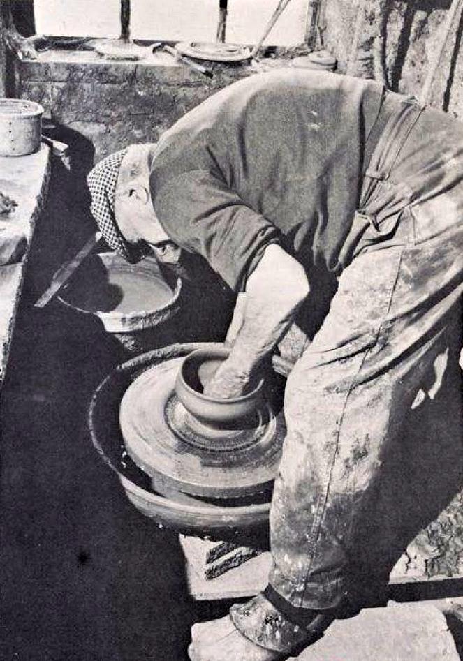 Potier bornois, Alexandre Foucher à l'œuvre (in «La Borne et ses potiers: Un village pas comme les autres» de Robert Chaton, Henri Talbot, Delayance Éditeur La Charité
