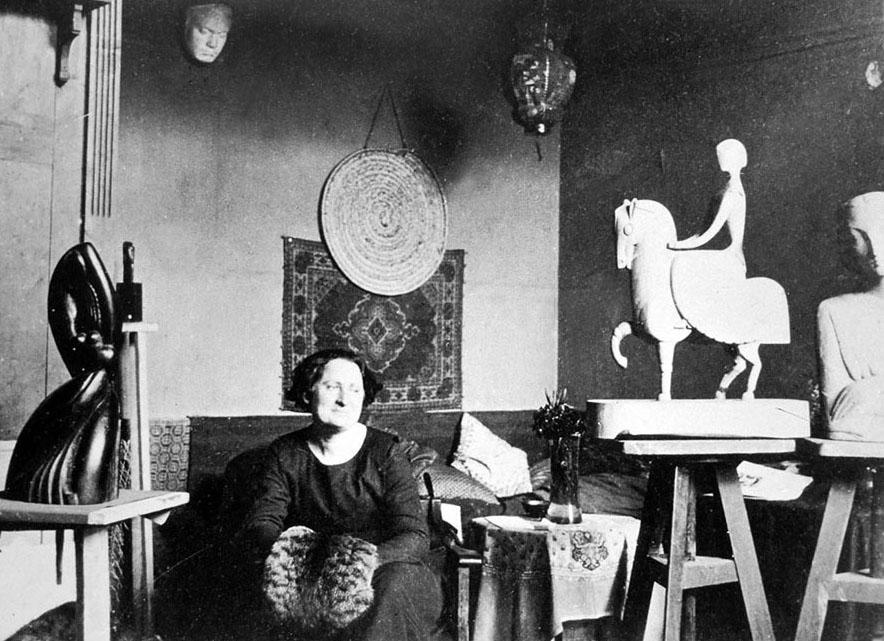 Chana Orloff, dans son atelier en 1916 © archives Tamir-Orloff