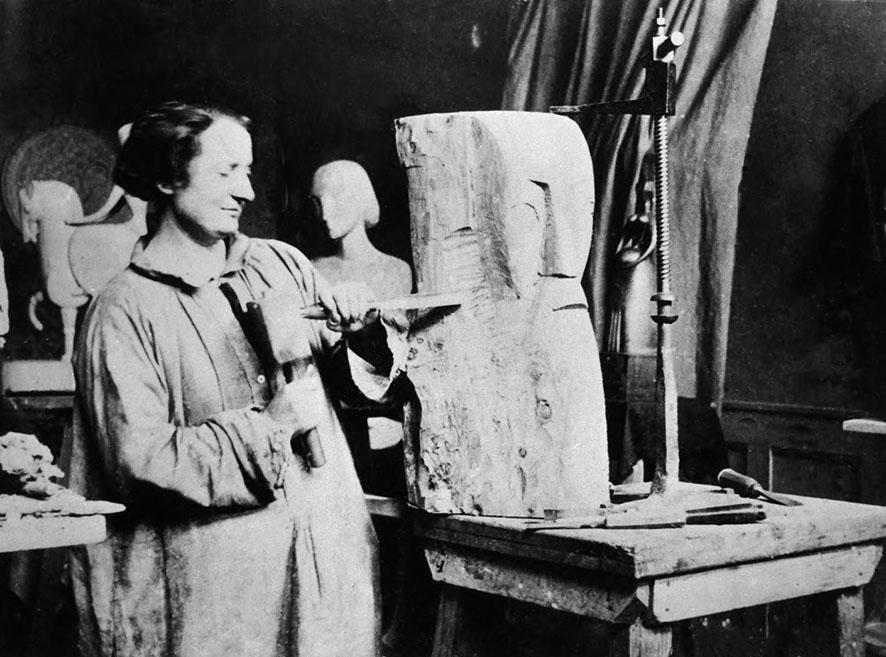 Chana Orloff dans son atelier en 1919 © archives Tamir-Orloff