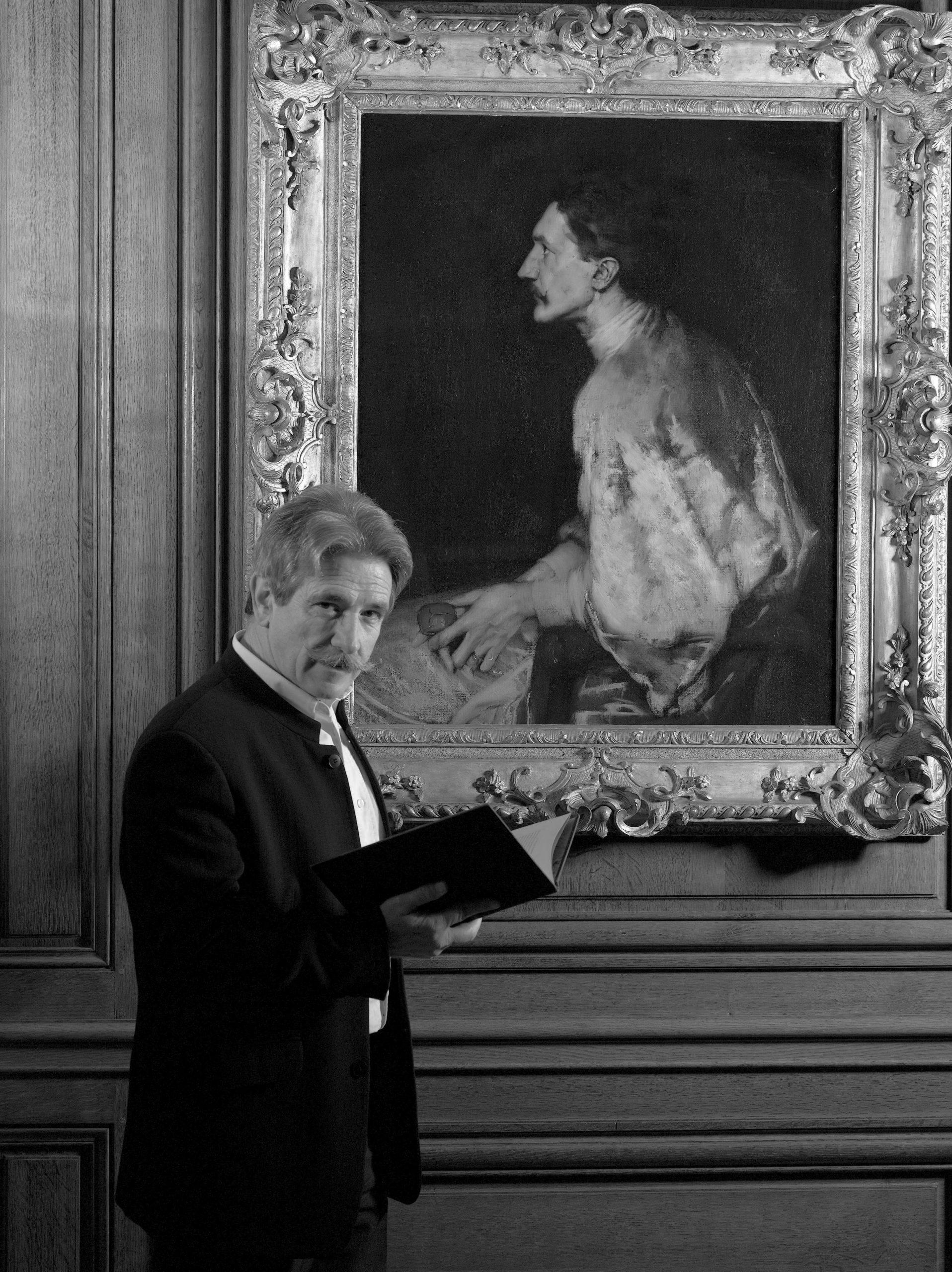 Xavier Mathieu devant le portrait de Montesquiou - Fensenzac - Château d'Azay-le-Ferron, dépot du Musée des Beaux-Arts de Tours © Archives de l'expert